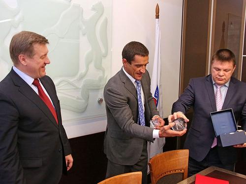 Николай Владимирович Степанов вручает памятный подарок мэру Новосибирска.